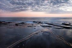 Wolken en overzeese kust na zonsondergang bij de inham van La Jolla in de zomer royalty-vrije stock fotografie