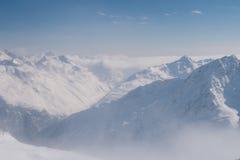 Wolken en pieken in de Alpen Royalty-vrije Stock Foto's