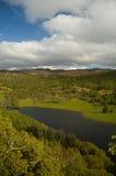 Wolken en Schotse loch Stock Fotografie
