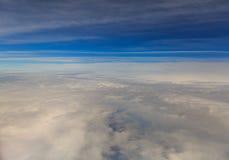 Wolken en stadsscène van luchtvaartlijn Stock Foto