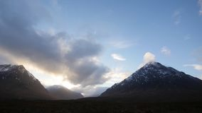 Wolken en zonsondergang in etive nauwe vallei stock video