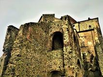 Wolken, Felsen und die Abtei Stockfotografie