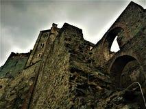 Wolken, Felsen und die Abtei Stockfotos