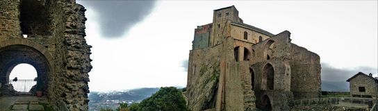 Wolken, Felsen und die Abtei Stockfoto