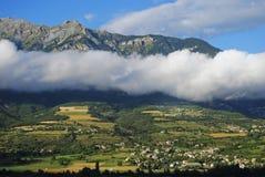 Wolken gegen die Berge Stockbild
