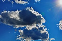 Wolken gegen einen blauen Himmel Lizenzfreies Stockfoto