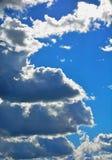 Wolken gegen einen blauen Himmel Nr. 2 Stockfotos