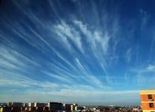 Wolken gehen eine ruhige Stadt weiter stockbild