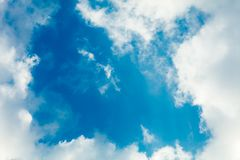 Wolken gestalten im Himmel stockbilder