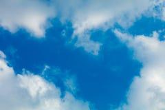 Wolken gestalten im Himmel lizenzfreie stockfotos