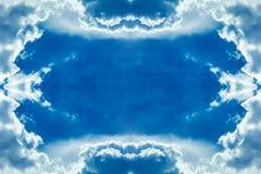 Wolken gestalten im Himmel lizenzfreie stockbilder