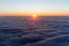 Wolken helle Morgendämmerung im Himmel Sonnenuntergang mit einer Höhe von Stockbild