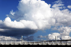 Wolken in hemel met brug Stock Afbeelding