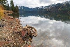 Wolken in het meer worden weerspiegeld dat Royalty-vrije Stock Fotografie