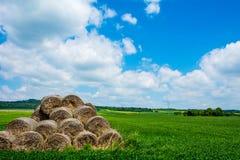 Wolken, Heuschober, Hintergrund Lizenzfreie Stockfotos