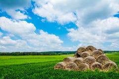 Wolken, Heuschober, Hintergrund Lizenzfreie Stockbilder