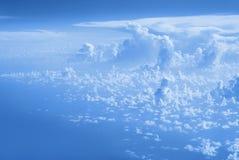 Wolken hoogste mening van het venster van een vliegtuig die in de wolken vliegen Stock Foto