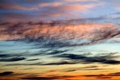 Wolken im Abendzeitsonnenuntergang oder -sonnenaufgang Lizenzfreies Stockfoto