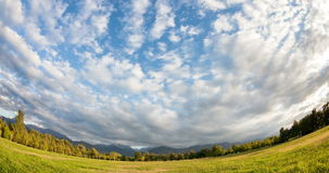 Wolken im Berg stock video