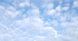 Wolken im blauen Himmel Stockfotos