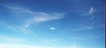 Wolken im blauen Himmel Lizenzfreies Stockfoto