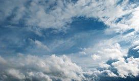 Wolken im blauen Himmel Lizenzfreie Stockfotografie