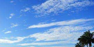 Wolken im blauen Himmel Stockfoto