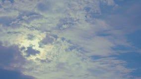 Wolken im blauen Himmel an einem sonnigen Tag - timelapse stock video footage