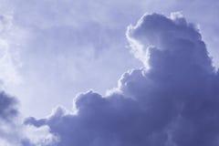 Wolken im blauen Himmel am Sommertag Stockbild