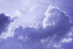 Wolken im blauen Himmel am Sommertag Stockbilder