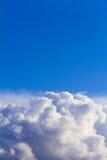 Wolken im blauen Himmel vor Regen Lizenzfreies Stockbild