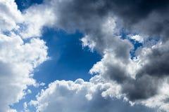 Wolken im blauen Himmel vor Regen Lizenzfreie Stockfotos