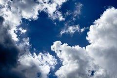 Wolken im blauen Himmel vor Regen Stockbilder