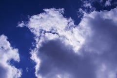 Wolken im dunklen Himmel Lizenzfreies Stockbild