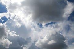 Wolken im Himmel hintergrundbeleuchtet bis zum Sun Stockfotos