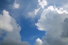 Wolken im Himmel hintergrundbeleuchtet bis zum Sun Stockfoto