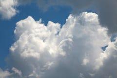 Wolken im Himmel hintergrundbeleuchtet bis zum Sun Lizenzfreies Stockbild