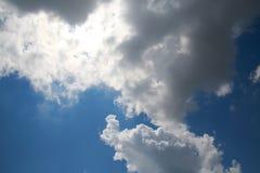 Wolken im Himmel hintergrundbeleuchtet bis zum Sun Lizenzfreie Stockfotografie