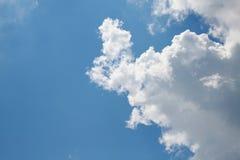 Wolken im Himmel hintergrundbeleuchtet bis zum Sun Lizenzfreies Stockfoto