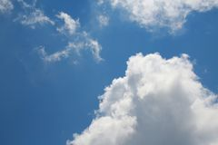 Wolken im Himmel hintergrundbeleuchtet bis zum Sun Stockbilder