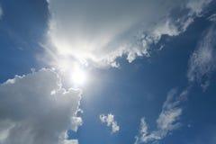 Wolken im Himmel hintergrundbeleuchtet bis zum Sun Stockfotografie