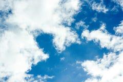 Wolken im Himmel sind in der Farbe blau Stockfotos