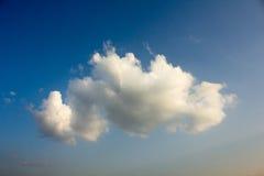 Wolken im Himmel sind unterhalb des Bildes hellgelb, sich fühlt weich Stockbilder
