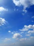 Wolken im Hintergrund des blauen Himmels Lizenzfreies Stockfoto