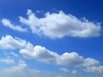 Wolken im Hintergrund des blauen Himmels Lizenzfreie Stockbilder