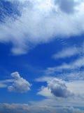 Wolken im Hintergrund des blauen Himmels Lizenzfreie Stockfotografie