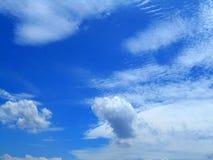 Wolken im Hintergrund des blauen Himmels Lizenzfreies Stockbild