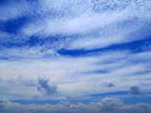 Wolken im Hintergrund des blauen Himmels Stockfotos