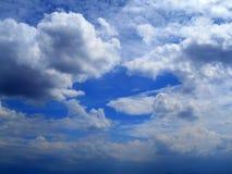 Wolken im Hintergrund des blauen Himmels Stockfotografie