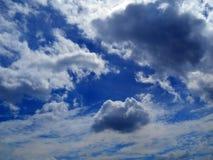 Wolken im Hintergrund des blauen Himmels Lizenzfreie Stockfotos